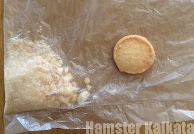 チーズクッキーを砕く